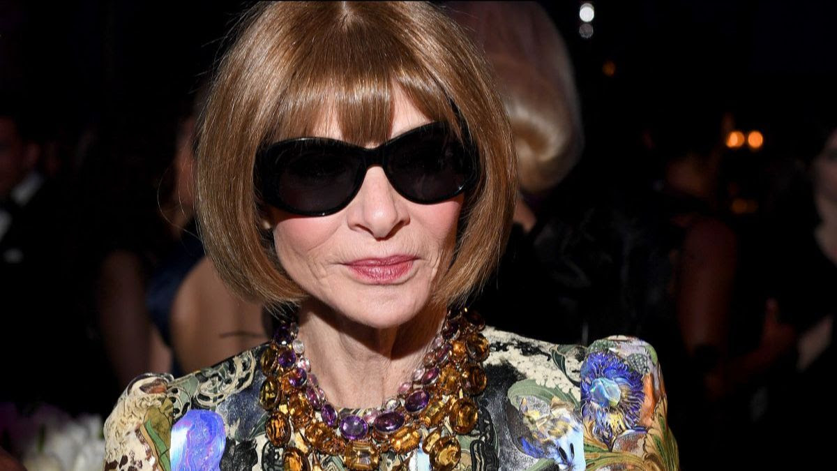 YOU CAN TELL WE'RE IN A HISTORY-MAKING ERA, BECAUSE ANNA WINTOUR JUST POSED FOR A PICTURE WEARING ATHLEISURE