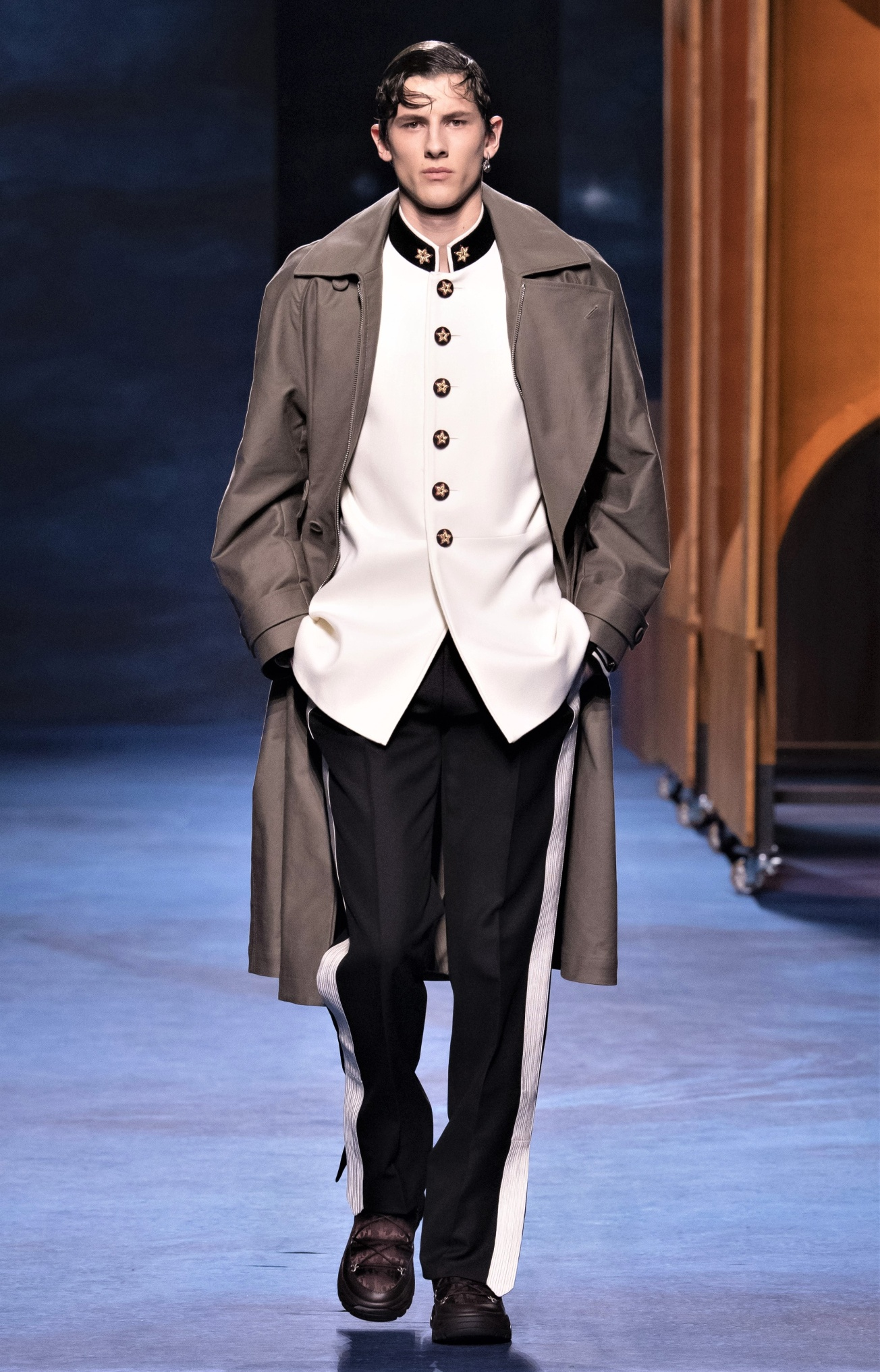00032-DIOR-MENSWEAR-FALL-21 white coat stand up collar paris cropped.jpg
