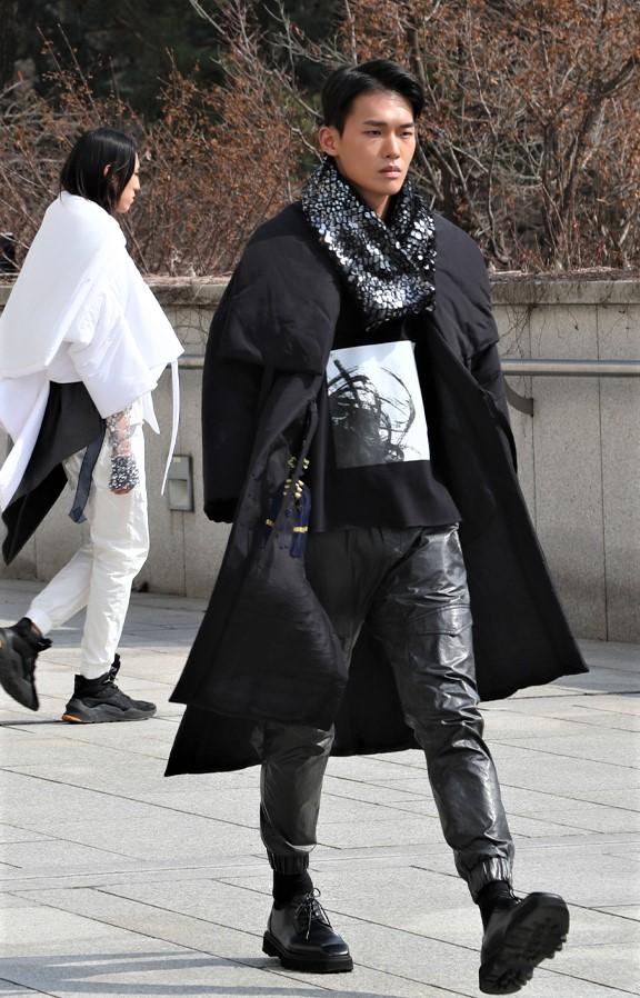 Seoul 3-21 C-zann blk streetwear men cropped.jpg