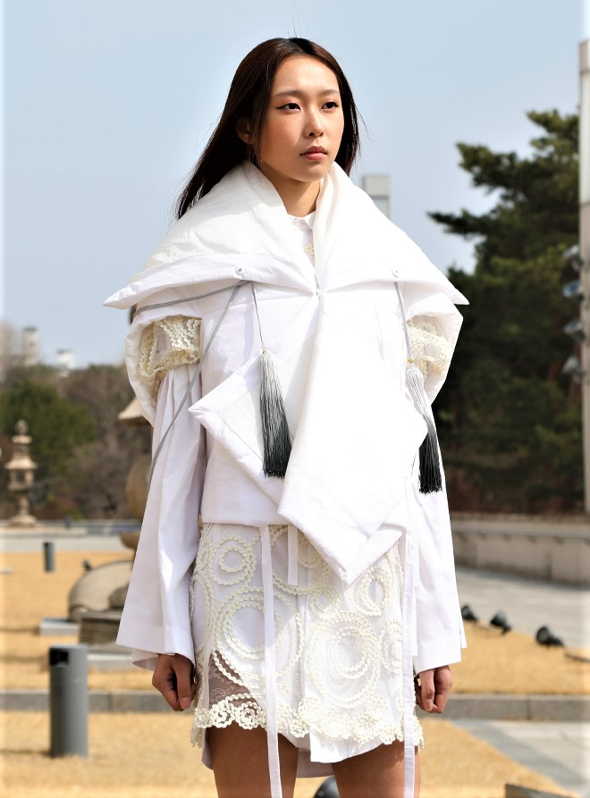 Seoul 3-21 C-zann layerd wht coat cropped.jpg