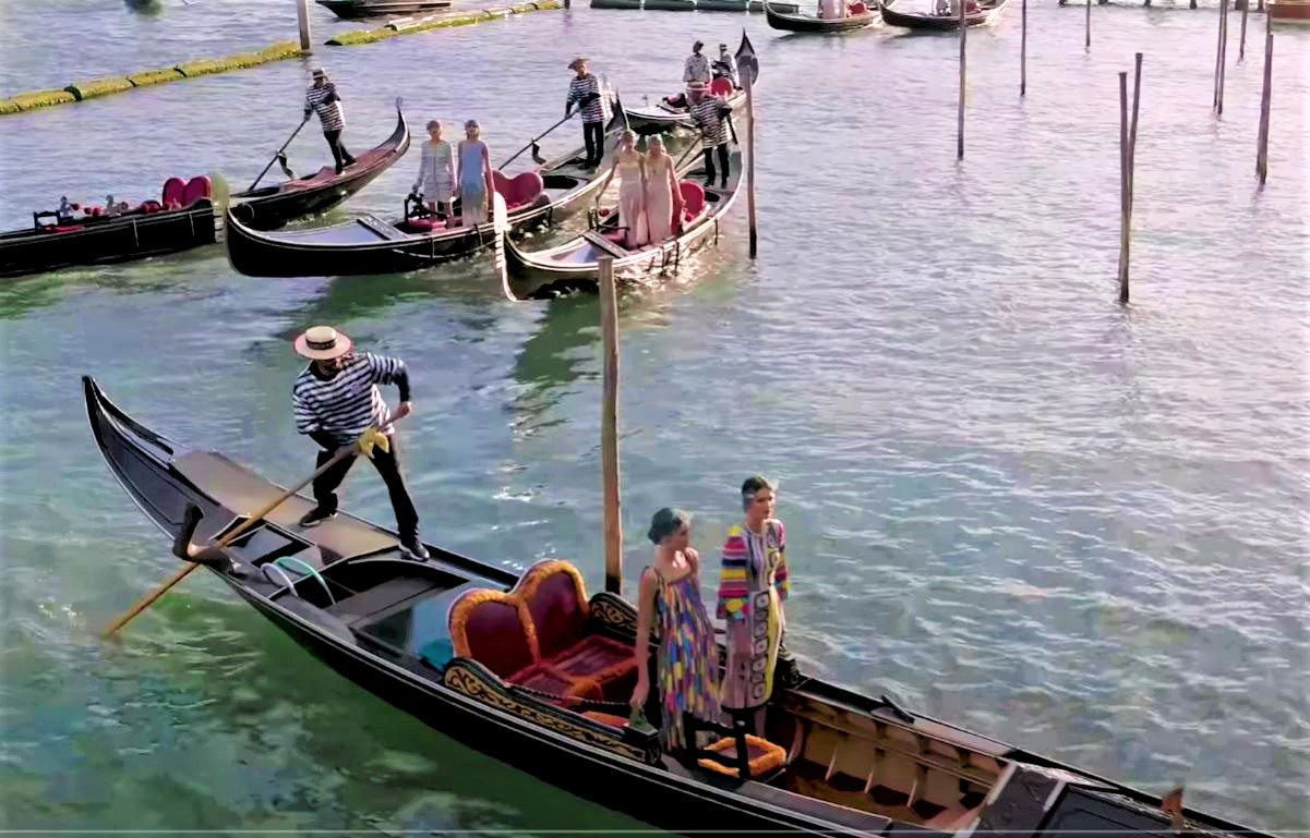 D + G Venice models arrive by Gondola yt (2) cropped.JPG