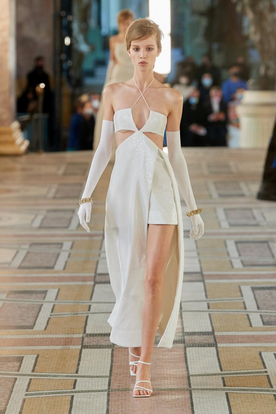 Paris 1. rokh wht gown vog.jpg
